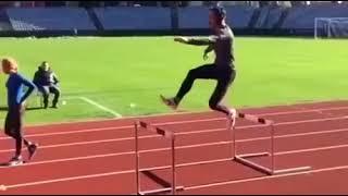 Профессиональный бегун с легкостью перепрыгивает преграды (спорт приколы 2018)