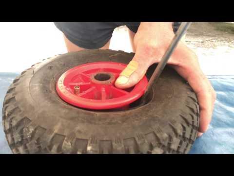 Schlauch wechseln an einer Sackkarre mit einem Löffel Reifen Wechsel Stechkarre Anleitung