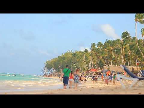 People walk on the beach. Dominican Republic. Люди прогуливаются по пляжу. Доминикана.