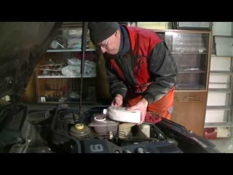 Den Salon des Wagens sapachlo vom Benzin