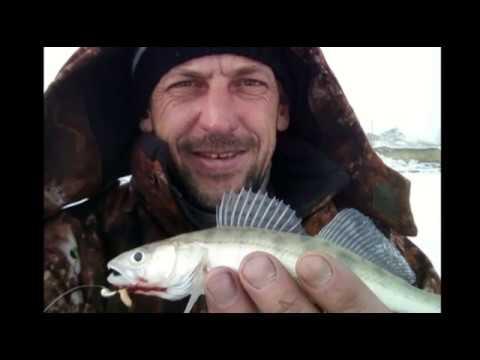 Inverno a pesca in una carpa dargento