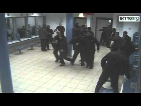 أسرى فلسطينيون يسيطرون على سجن إسرائيلي ويعتقلون حراسه