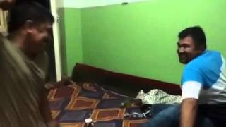 """Смотреть онлайн Казахи играют в """"Камень-Ножницы"""""""