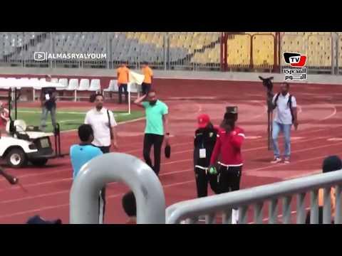 نجم ليڤربول نابي كيتا يلتقط الصور التذكارية مع الجماهير بعد انتهاء المباراة