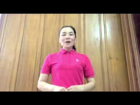 Phụ huynh Hướng dẫn và cùng bé pha nước cam. Trường MN Hoa Hồng, Tp Đồng Hới