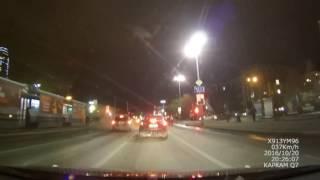 Смотреть онлайн В Екатеринбурге произошло ДТП, виновник скрылся