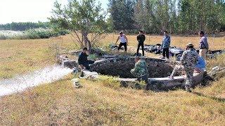 一群人抽干野外荒井,井底一堆野货四处乱钻,围观村民都看激动了