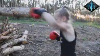 Девочка боксер Ломает Дерево