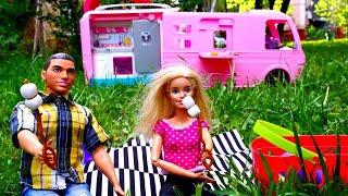 Puppenvideo auf Deutsch. Barbie und Ken machen ein Picknick. Kindervideo mit Barbie