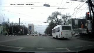Смотреть онлайн Автобус проехал на красный и попал в ДТП
