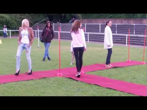 Show Probe 2 Catwalk (Teppich) auf dem Fußball Platz