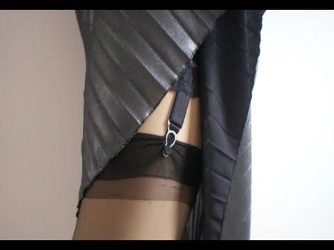 シルバーのサテンプリーツスカートの奥に潜む黒のフレアーパンツ スカートフェチ専用アダルトサイト  スカートの奥から溢れる蜜