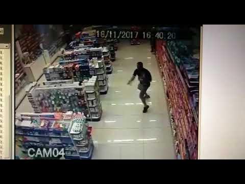Полицейский с ребенком на руках застрелил двух грабителей в Бразилии