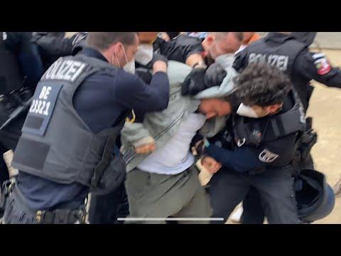 Die Festnahme von Attila Hildmann in der Bodestrasse (ab Minute 5.25)