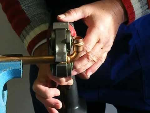 Pressen von Fittings aus Kupfer und PE-x-Rohr
