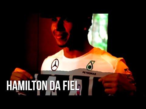 Lewis Hamilton recebe a camisa do Timão