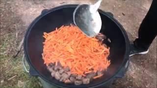 Картошка с мясом в казане на костре