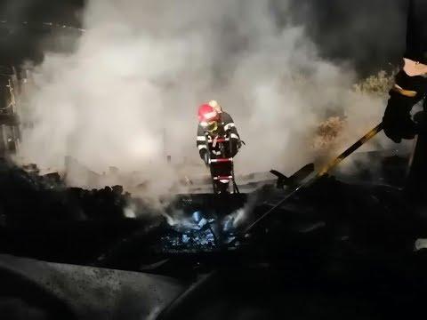 Două case, mistuite de flăcări