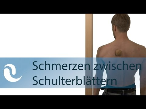 Ein Arzt behandelt eine Entzündung des Ellenbogengelenks