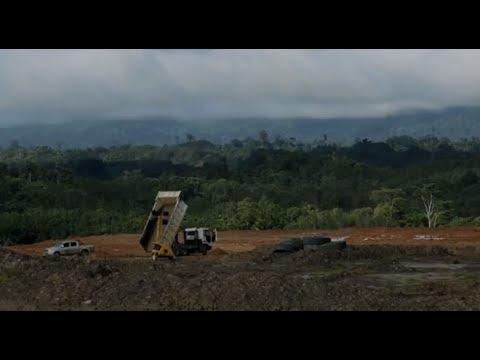 """Šajā """"Autovadītāja pasaule"""" sērijā uzzināsiet, kā pa Borneo kalnainajiem džungļiem tiek pārvadātas akmeņogles."""