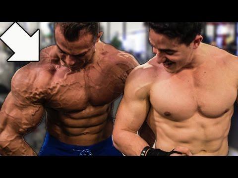 La pose pour la montre des muscles
