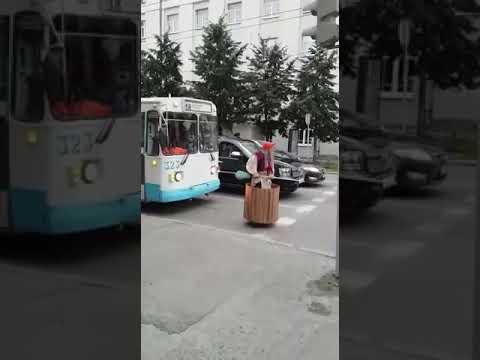 Баба Яга в ожидании зеленого света в Екатеринбурге