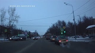 После ДТП автомобиль сбивает человека. Архангельск.