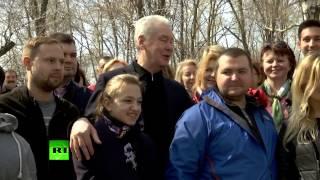 Собянин высадил яблоню во время субботника в Москве