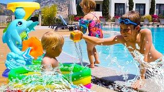 Wasserspielzeuge. Lehrreiches Spielzeug Video für Kinder. Spielspaß im Planschbecken.