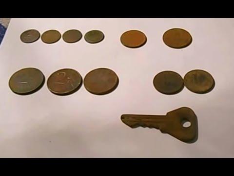 поиск монет на деревенском пляже