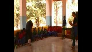 preview picture of video 'Davide Vinci suona tarantella e pizzica ai bambini dell'asilo di Kasumo in Tanzania'