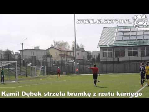 Kamil Dębek strzela bramkę z rzutu karnego w meczu Stomil II Olsztyn - Omulew Wielbark