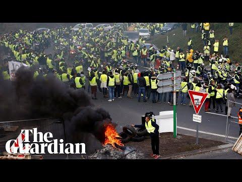 Žluté vesty se ve Francii masově vzbouřily proti Macronovi a vládnímu zdražování benzínu