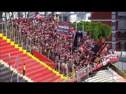 Foggia - Palermo: il tifo e la spettacolare sciarpata dello stadio Zaccheria