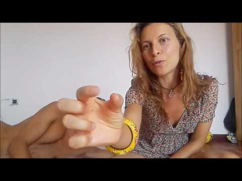 Massaggio per uno stomaco per combustione di grasso