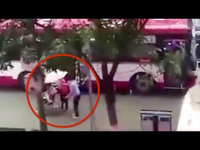 راكب يوقف حافلة لإعطاء شخص من ذوي الاحتياجات الخاصة مظلة
