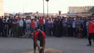 preview picture of video 'فن الحلقة في مدينة مكناس Folklore in the Moroccan city of Meknes 2012'