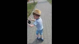 Ребенок пытается выстрелить из пушки