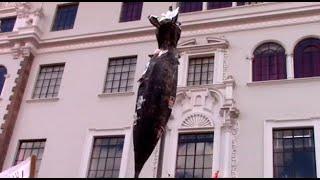Cuelgan 'rata' Gigante Frente Al Poder Judicial Del Cusco