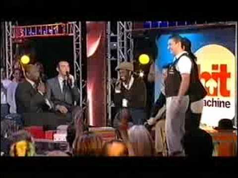 """Gad El Maleh félicite Sylvio le mime suiveur sur M6 dans le """" Hit Machine """" avec Charlie et Lulu  ."""