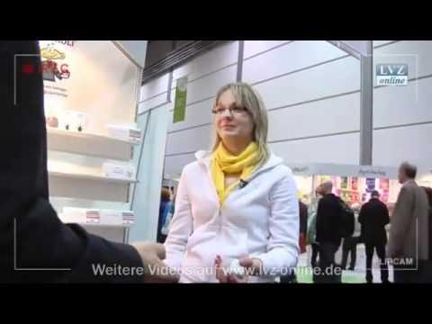 Auf der Buchmesse in Leipzig konnten wir eine Redakteurin der Leipziger Volkszeitung verblüffen! Sie wollte nicht glauiben, dass man in wenigen Minuten das Jonglieren lernen kann ... und hat es dann doch geschafft!