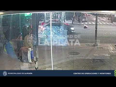 Así fue embestida una peatona que cruzó el semáforo en rojo en 7 y 51