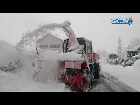 Heavy snow in Kashmir, roads closed, flights cancelled