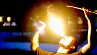 Факир, глотающий огонь!
