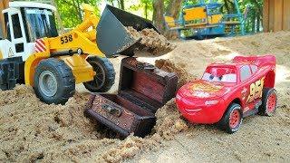 Мультики про машинки в Песочнице. Маквин нашел клад в песке.