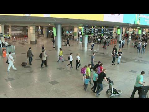 Законопроект о возвращении курительных комнат в аэропорты обсуждают в Госдуме в первом чтении.