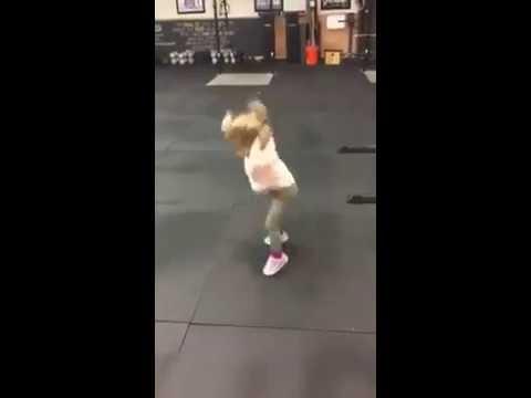 Em bé siêng tập thể dục