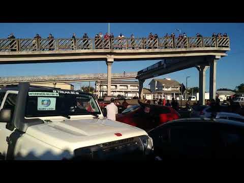 Efeitos da greve - Manifestantes ao som do Hino Nacional em Araranguá