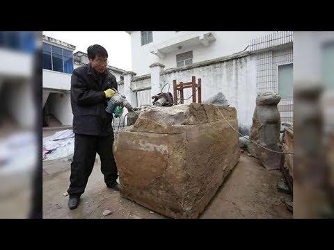 Die Arbeiter finden diese mysteriöse Truhe unter der Erde - der Inhalt ist unfassbar!