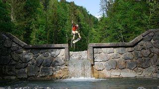 Kickflip über Wasserfall? Skateboarding over Steinbach, Spot in Gaißach
